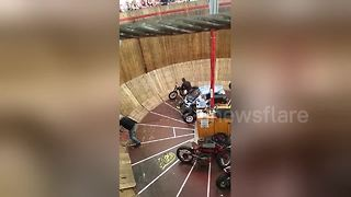 Motorbike catches fire on Wall of Death during Oktoberfest - Video