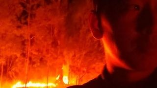 Man Surrounded by Bushfire on NSW North Coast - Video