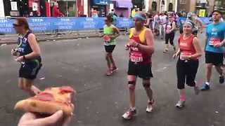 Well-Wisher Shares His Pizza With Runners at London Marathon - Video