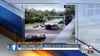 Truck overturns in intersection - Video