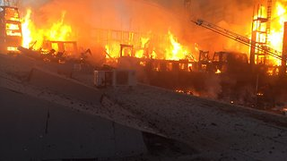 Residents in Oakland Neighborhood Evacuate as Fire Breaks Out in Building - Video