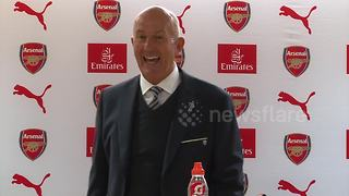 Pulis walks out of press conference in fits of laughter - Video