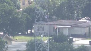 Florida man climbs up cellphone tower, police on scene - Video