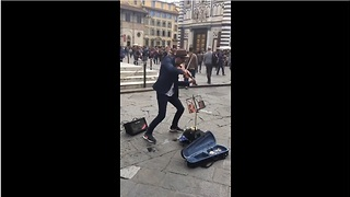 Street artist dazzles spectators with epic violin performance - Video