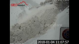 Avalanche in Swiss ski resort caught on camera - Video