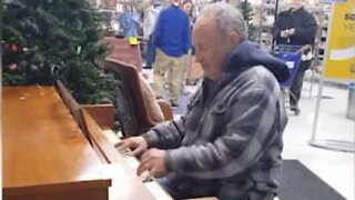 Man stuns store's customers with his piano skills