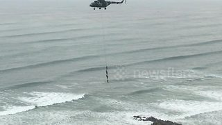 People filmed dangling from a helicopter in Peru - Video