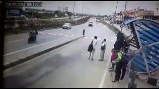 Lucky escape after speeding bus lurches into opposite lane on India highway