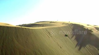 Daredevil sandboards across giant dunes in South Chile - Video