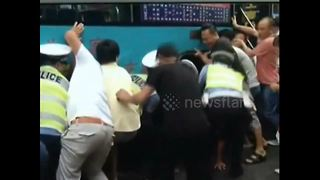 Good Samaritans lift up bus to rescue trapped woman - Video