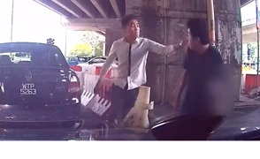 Dashcam Captures Knife-Wielding Man Attacking Pursuer on Kuala Lumpur Highway - Video