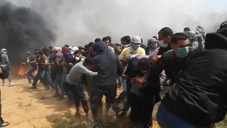 Team of Protesters Pull Barbed Wire Fence Off Border Wall in Gaza