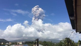 Philippine authorities raise alert as Mayon volcano erupts - Video