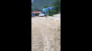 Severe flash flooding hits remote Vietnamese village - Video