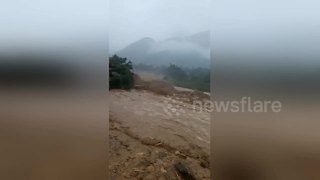 Flash floods sweep through Vietnamese village - Video