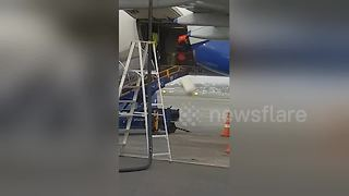 Mumbai airport workers drop bag while unloading aircraft - Video