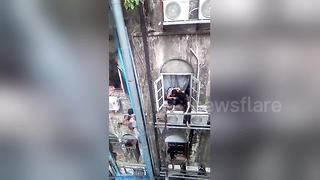 'Spiderman' rescues woman from burning building - Video