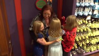 Grandkids surprise their grandmother for Thankgiving - Video