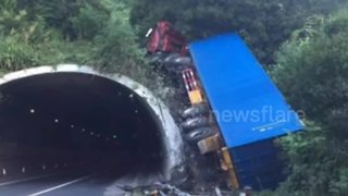 Out-of-control lorry ploughs into tunnel in China - Video