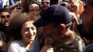Crowds Hug Armenian Opposition Leader Following His Release - Video