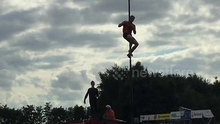 Man breaks canal-vaulting world record - Video