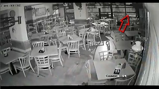 Clumsy Thief ,Trying to rob a restaurant but it falls from the third floor - Video