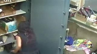 Cameras catch thieves reportedly stealing $200K in jewelry - Video