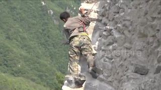 Workers risk their lives to fix broken sections of the Great Wall of China - Video
