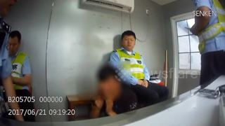 Man repeatedly slaps himself in police station after being accused of using a fake driving license - Video