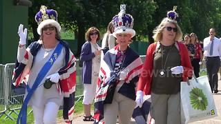 Her Royal Wagness arrives in Windsor, along with cohorts
