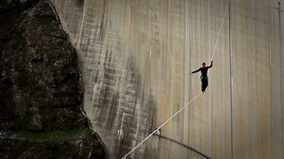 Daredevil Crosses 224 Metre Long High Line - Video