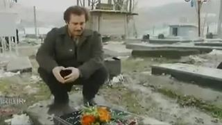 Man's grief as he visits mother's grave in cemetery - Video