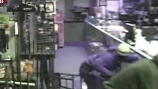 Smash-N-Grab burglars hit gun store in Lakeland - Video