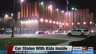 Man arrested after stealing a car with children inside - Video