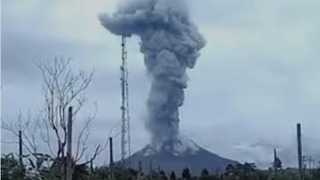 Sumatra's Sinabung Spews Ash Into Air as Bali Eyes Mount Agung - Video