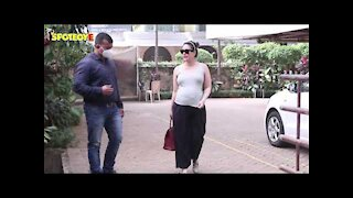 Kareena Kapoor Flaunts Her Massive Baby Bump In A Tank Top As She Is SPOTTED Outside Her New Home