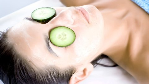 4 reasons to use cucumbers on your eyes