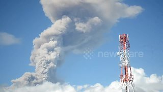 Gigantic ash plume from Philippine volcano caught on camera - Video