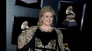 Kelly Clarkson gifts 54 inch pizza to Chrissy Teigen and John Legend for their anniversary