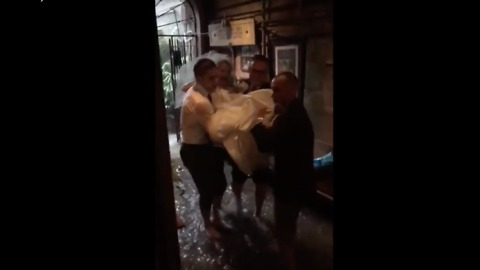 No Cold, or Wet, Feet For This Bride During New Orleans Flash Flood