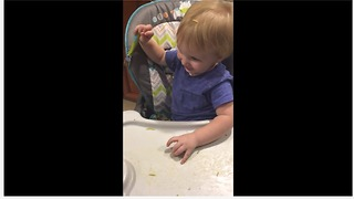 Baby throws food on dog's back, dog can't reach it - Video