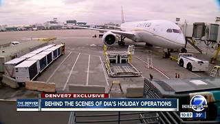 Behind the scenes at United Airlines during the Thanksgiving travel rush - Video