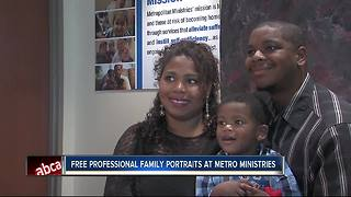 Families get professional photos for Christmas - Video