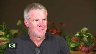 Brett Favre returns to Green Bay area to receive award - Video