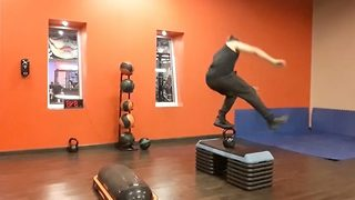 Man stuns the internet with his amazing ability to balance on tiny weights - Video