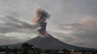 Spectacular timelapse shows Mayon Volcano erupting in the Philippines - Video