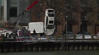 Car pulled from Cuyahoga River