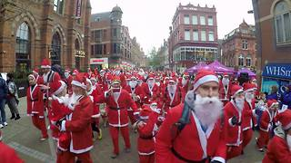 "Hundreds join ""Santa Dash"" in Leeds - Video"
