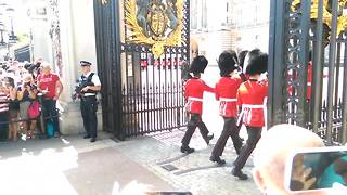 Changing of the Guard goes wrong - Video