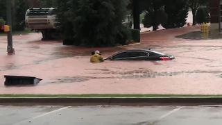 Man risks his life to save woman trapped in car during Oklahoma flash flooding - Video